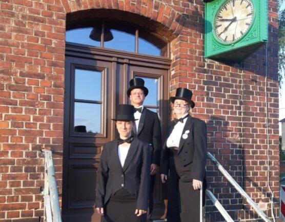 Ellen Belinda Richter, Martin Bauch und Ulrike Brummert (von links) von der Deutsch-Französischen Gesellschaft gestalten vor dem Museumsbahnhof in Markersdorf eine Performance über den Ersten Weltkrieg.