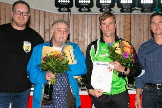 Wilfried Richter (2. v. l.) erhielt die Ehrenplakette des Landessportbundes Sachsen, Björn Lehnert (3. v. l.) die Ehrennadel des Ringerverbandes Sachsen in Silber. Den beiden Vertretern des RSK Gelenau gratulierten Vereinschef Jens Fischer (l.) und Sören Ullrich vom Verband.