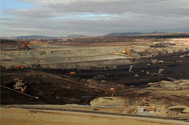 Gigantisch wirken die Ausmaße des Braunkohle-Tagebaus Jirí im Falkenauer Revier. Das durchschnittlich 40 Meter mächtige Kohleflöz wird in mehreren Terrassen abgebaut. Die Deckschicht aus Tonstein ist rund 180 Meter dick. 2030 soll Schluss sein.