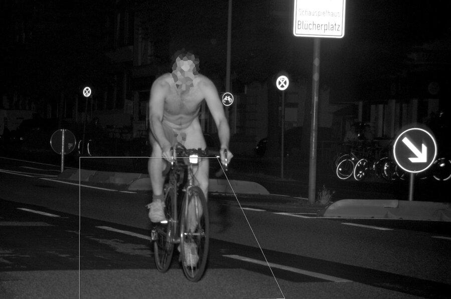 Der rasende Nacktradler. Die Behörde hat sein Gesicht (zum Schutz des Persönlichkeitsrechts) und den Schritt (vermutlich aus anderen Gründen) unkenntlich gemacht.