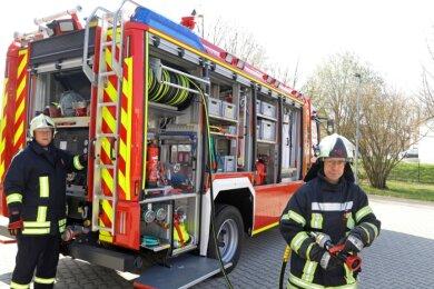 Gerätewart Lutz Müller (links) und Wehrleiter Kai Götze am neuen Tanklöschfahrzeug, mit dem sich die Feuerwehrleute seit Anfang März vertraut machen.