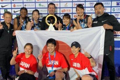 Im vergangenen Jahr schaffte Torsten Loibl (M.) mit dem U-23-Team Historisches: Er holte in der 3x3-Variante den ersten Weltmeistertitel im Basketball nach Japan. Mit einigen der Spielerinnen geht es zu Olympia.