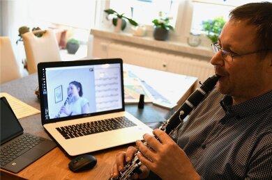 Computer-Musik: Der Chemnitzer Klarinettenlehrer Matthias Jahn unterrichtete seine Schülerin Marie Weidauer bereits im ersten Lockdown 2020 per Video-Konferenzschaltung über das Internet.