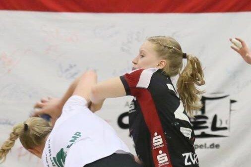 Alisa Pester (r.) spielt auch nächste Saison für den BSV Sachsen Zwickau.