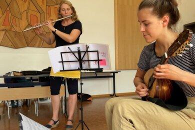 Susanne Maaß (h.) bei der Einzelprobe mit Maja Schütze, die die Mandoline spielt.