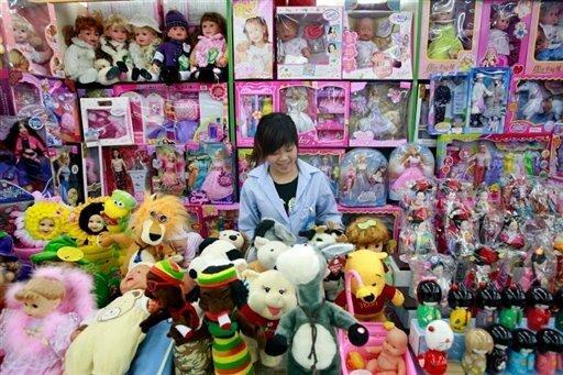 Nach dem Auftauchen von giftigen Farben bei Spielzeug aus China sieht der Verband der deutschen Lackindustrie dringend Nachbesserungsbedarf beim Chemikalienrecht auch in Europa. Da Archivbild zeigt ein Spielzeuggeschäft in Peking.