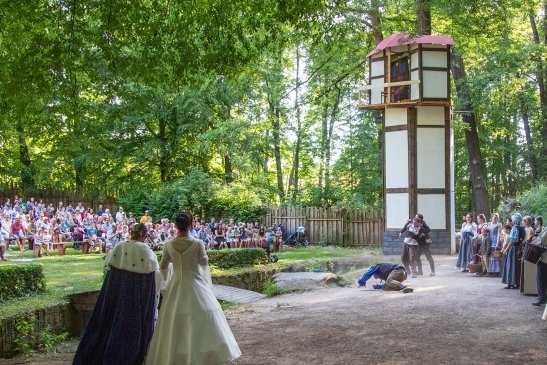 """Im Jahr 2019 sahen insgesamt rund 4000 Besucher die """"Rapunzel""""-Inzenierung auf der Freilichtbühne im Grünfelder Park. Coronabedingt konnte das Laientheater seitdem nicht mehr spielen.."""