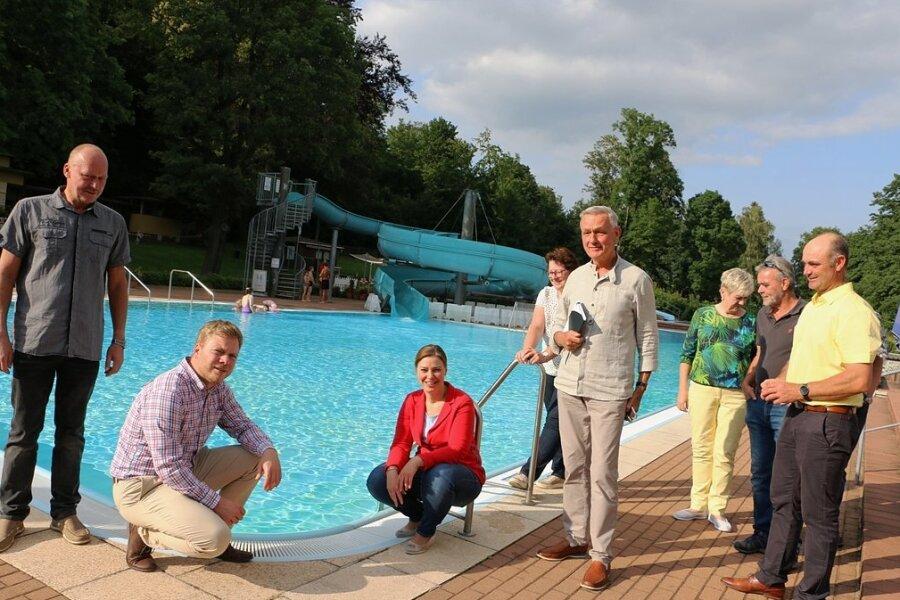 Bürgermeister Michael Pohl (CDU/2. von links) und Mitglieder des CDU-Stadtverbandes freuen sich, dass das Pausaer Freibad modernisiert werden kann. Die CDU-Bundestagsabgeordnete Yvonne Magwas (3. von links) hatte sich mit Erfolg für eine großzügige Förderung vom Bund eingesetzt.