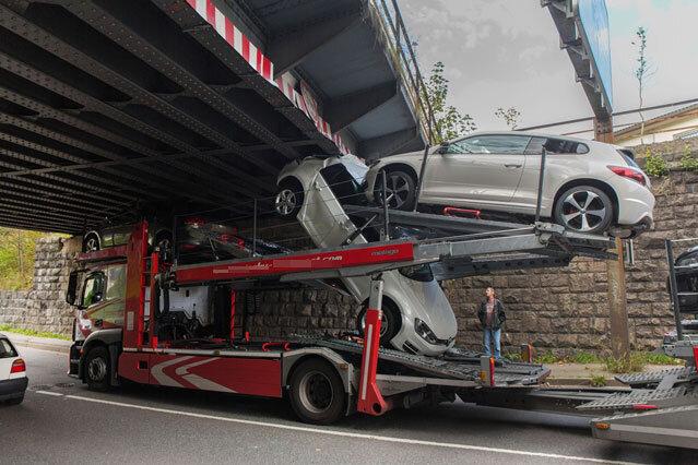 Annaberg-Buchholz: Autotransporter bleibt an Brücke hängen