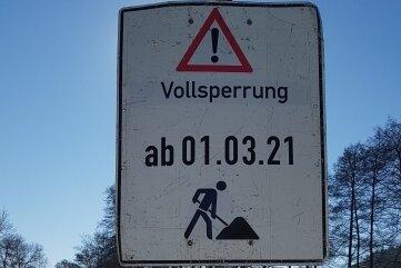 Seit Mitte Februar ist am Ortsausgang Oelsnitz die Vollsperrung angezeigt.