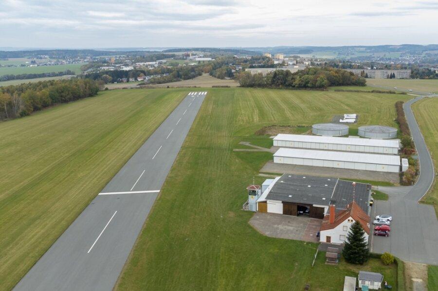 Der Flugplatz Auerbach soll als Verkehrslandeplatz erhalten und bei Bedarf weiter ausgebaut werden - so steht es im Regionalplan. Die Start- und Landebahn (links) ist 800 Meter lang.