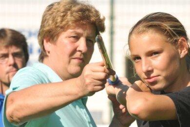 Tipps für den talentierten Nachwuchs: Ute Hommola betreute mehrere Jahre die jungen Weißenborner Leichtathleten im Wurfbereich, hier 2011 mit Carolin Göpfert, die später zum LV Erzgebirge wechselte.