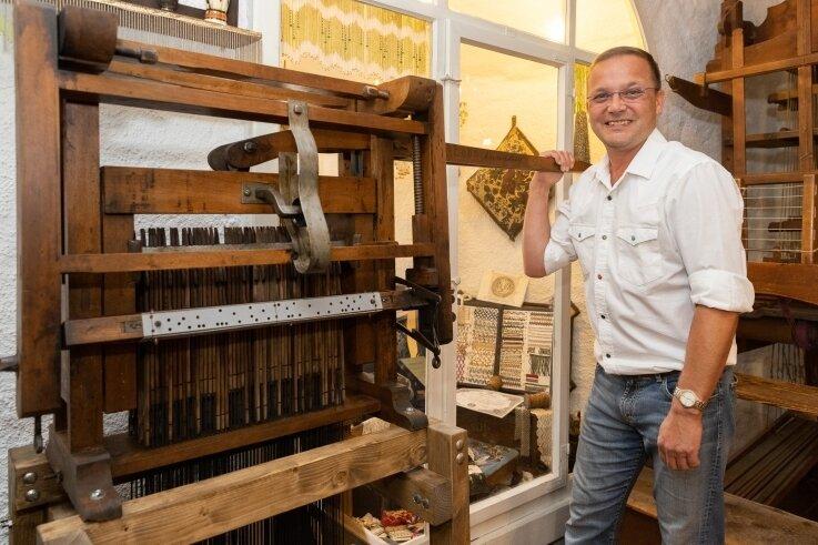 Dank einer Schenkung ist nun eine wiederhergerichtete Jacquard-Maschine in der Posamentierstube des Turmmuseums Geyer zu sehen. Laut Leiter Lutz Röckert revolutionierte diese einst die Webtechnik.