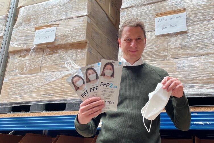 Maximo-Chef Thomas Merk hat alles vorbereitet: Im Hintergrund in den Regalen befinden sich die bereits gelieferten FFP2-Masken für Kinder. Auch die Flyer sind gedruckt. Doch ob Merk die Ware verkaufen kann, ist noch ungewiss..