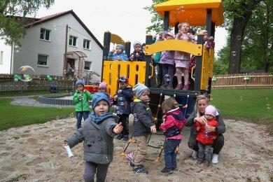 Die Mädchen und Jungen aus der Kindertagesstätte in Weidensdorf waren am Donnerstag erstmals auf dem neuen Spielplatz.