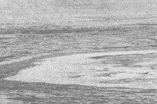 Das Foto zeigt eine ringförmige Bruchstruktur im Schelfeis der Antarktis. Möglicherweise stammt der gigantische Eiskrater vom Einschlag eines riesigen Meteoriten.