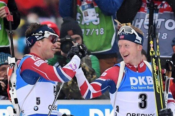 Da freut sich die Familie Boe. Johannes Thingnes (rechts) und Tarjei klatschen sich im Ziel ab.
