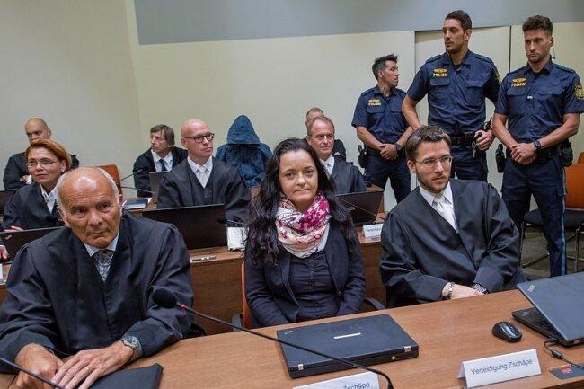 Beate Zschäpe kurz vor der Urteilsverkündung im Gerichtssaal im Oberlandesgericht zwischen ihren Anwälten Hermann Borchert (l.) und Mathias Grasel (r.).