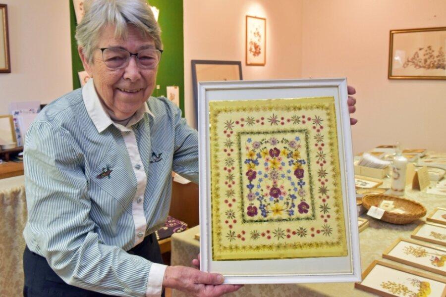 Christiane Schlüssel zeigt ein Blumenkunstwerk mit den Maßen 50 mal 70 Zentimeter.