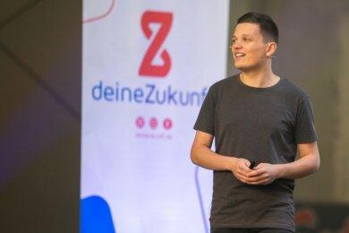 """Mit einem Knall wollte Patrick Schmidl seine Idee """"www.deinezukunft.de"""" nach außen tragen. Dafür organisierte er am Freitag eine Liveübertragung, in der er das Projekt vorstellte. Neben der Präsentation gab es unter anderem auch eine Podiumsdiskussion mit Unternehmen und Jugendlichen."""