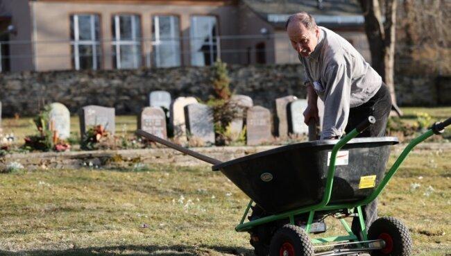 Ray Seidel kümmert sich um die Pflege des Jocketaer Friedhofes an der Pöhler Straße.