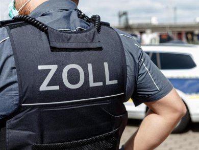 """Ein Beamter trägt während seines Dienstes eine Schutzweste mit der Rückenaufschrift """"Zoll""""."""