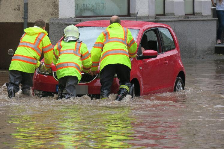 In Aue-Bad Schlema fielen nach Angaben des Deutschen Wetterdienstes ab 14.30 Uhr innerhalb von 40 Minuten gut 35 Liter Regen pro Quadratmeter, davon 24 Liter Regen in nur zehn Minuten.