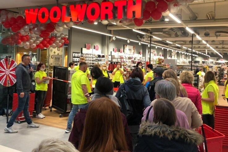 """Donnerstag, 9 Uhr: """"Woolworth"""" empfängt die ersten Kunden. Dem Kaufhaus stehen fast 1300 Quadratmeter Verkaufsfläche zur Verfügung."""