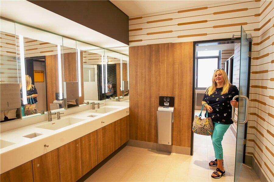 Kundin Marion Schmidt zeigt sich erfreut über die neu gestalteten Sanitäranlagen im Einkaufszentrum Stadt-Galerie.