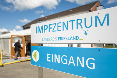 Eine ältere Dame betritt das Impfzentrum Landkreis Friesland. Nach Impfungen mit Kochsalzlösungen im April im Kreis Friesland könnten nach Behörden-Angaben mehr Menschen als zunächst angenommen betroffen sein. Es geht um insgesamt bis zu 8557 Menschen.