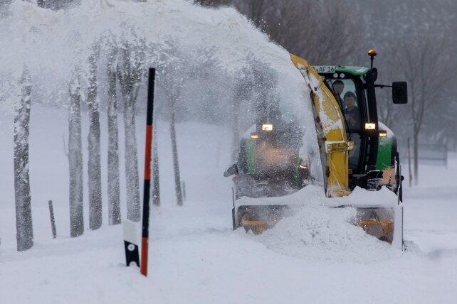 Winterdienst im Erzgebirge stellt sich auf Unwetter ein