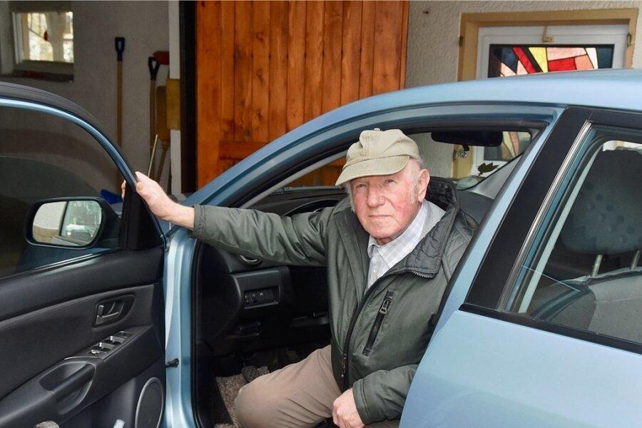Seit 60 Jahren unfallfrei hinterm Steuer: Georg Schniebel in seinem Mazda.