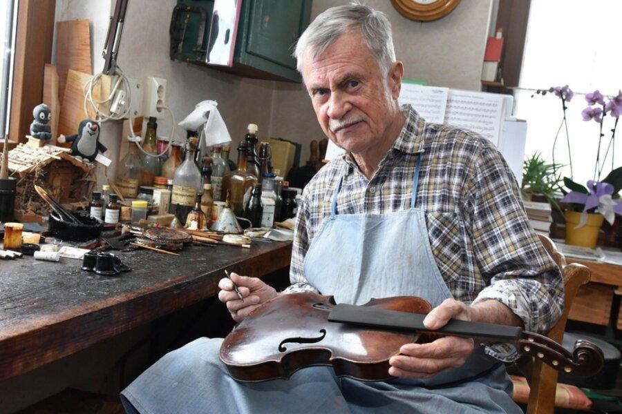 Geigenbaumeister Klaus Schlegel in seiner Erlbacher Werkstatt.