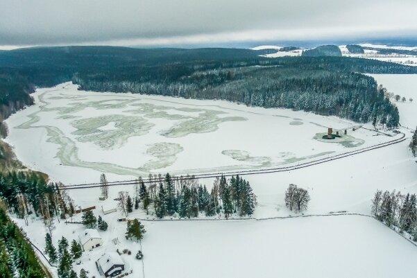 Die Talsperre Cranzahl ist gegenwärtig zu etwa 63 Prozent gefüllt. Eine neue Leitung soll künftig zusätzlich Wasser aus der Zschopau bringen.