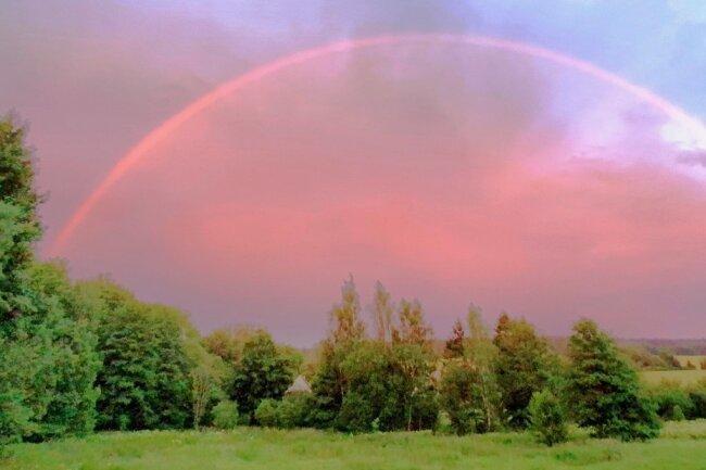 Ein rosafarbener Regenbogen zeigte sich am Dienstagabend über dem Vogtland.
