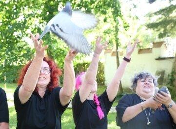 Die FDP ließ in Zwönitz mehrere Tauben aufsteigen.