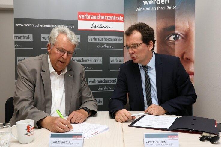 Geert Mackenroth (links) und Andreas Eichhorst haben am Donnerstag in Zwickau eine Kooperationsvereinbarung unterzeichnet.