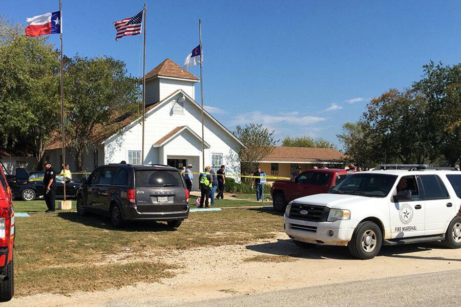 Polizisten und Mitarbeiter von Notfalldiensten vor einer Baptistenkirche in Sutherland Springs (Texas). Ein Mann hat am Sonntag das Feuer auf Gläubige eröffnet.