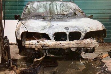 Der Besitzer des in der Nacht zu Donnerstag auf einem Reichenbacher Parkplatz in Flammen aufgegangenen Autos geht von einem gezielt gelegten Brand - und damit von einem Angriff auf seine Familie aus.
