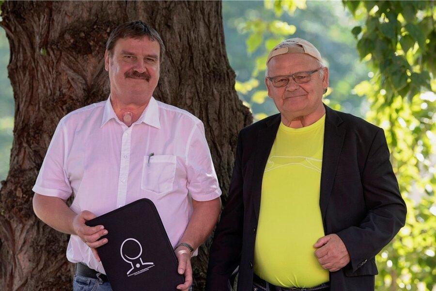 Das Atmen funktioniert nun über eine neue Öffnung im Hals: Jens Sieber und Peter Helisch von der Kehlkopflosen-Selbsthilfegruppe Mittweida und Umgebung haben zurück ins Leben gefunden.
