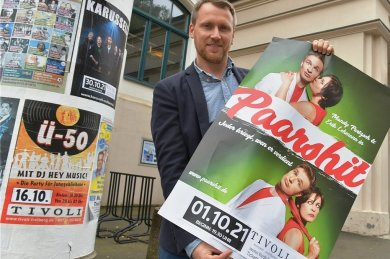 """Die nächste öffentliche Veranstaltung im Tivoli ist das Kabarettprogramm """"Paarshit"""", hier Betriebsleiter Martin Höher mit dem Plakat."""