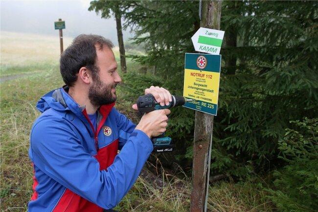 Patrick Martin von der Bergwacht Johanngeorgenstadt muss geklaute Schilder ersetzen.