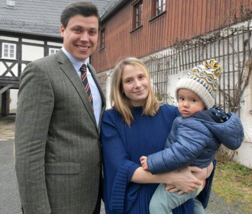 """Vikar Justus Geilhufe ist mit Ehefrau Anne und Sohn Johann bereits in den Großschirmaer Pfarrhof eingezogen. Seine Landgemeinde hat er bereits kennengelernt: """"Die Leute sind sehr aktiv und zugewandt.""""Foto: Eckardt Mildner"""
