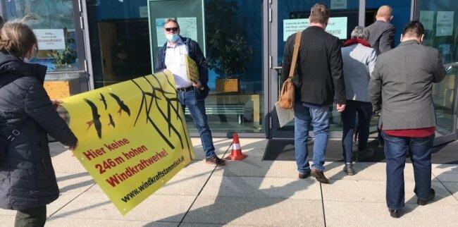 Ihren Protest gegen Windrad-Bauvorhaben, wie die zwischen Kleinschirma und Kleinwaltersdorf, haben Gegner schon im März vor der Kreistagssitzung in Hartha proklamiert.