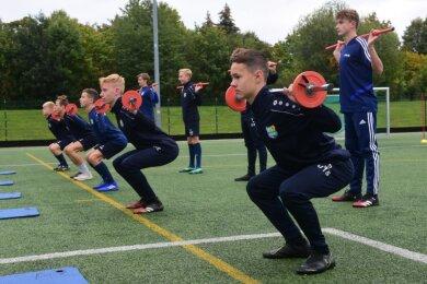 Jede Nachwuchsmannschaft des Chemnitzer FC, hier ist die U 15 zu sehen, hat seit kurzem einen eigenen Athletiktrainer. Die Aufstockung der Übungsleiter und Experten hat dem Nachwuchsleistungszentrum des Vereins jetzt eine sehr gute Beurteilung durch den DFB beschert.