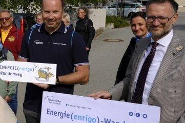 Reichenbachs Oberbürgermeister Raphael Kürzinger (rechts) und Stadtwerke-Geschäftsführer Lars Lange (daneben) weihten mit zahlreichen Gästen den Energiewanderweg ein.