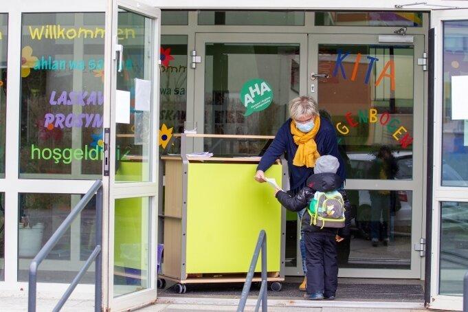 In der Plauener Kita Regenbogen werden die Kinder von Leiterin Heike Schmidt in Empfang genommen.