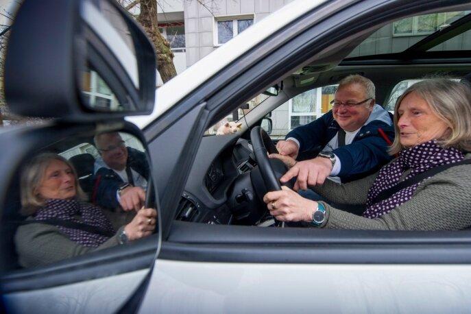 """Karin Köhler (69) hat ihren Führerschein erst seit zehn Jahren. Die Ausbildung habe sie damals mit Bravour absolviert, sagt ihr Fahrlehrer Peter Feldmann. """"Wenn ich gesund bleibe, will ich noch bis 75 Auto fahren - danach überlege ich neu"""", kündigt die Rentnerin an."""