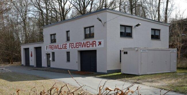 Knapp 716.000 Euro will Hohenstein-Ernstthal im Haushalt 2021/2022 in die Feuerwehren investieren. Eine Sanierung der Feuerwehraußenstelle in Hüttengrund ist aber nicht dabei, bemängeln die Linken im Stadtrat. Das soll sich ändern, fordern sie. Obwohl das Gebäude von außen einen recht frischen Eindruck macht, entspreche das Innere längst nicht mehr aktuellen Standards.