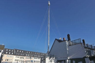 Am Zwinger in der Glauchauer Innenstadt steht neuerdings dieser mobile Funkmast.